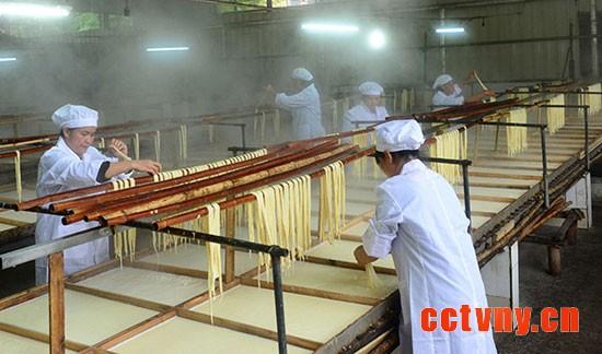 5月16日,广西昭平县木格乡一家生产腐竹的企业工人在加工腐竹。